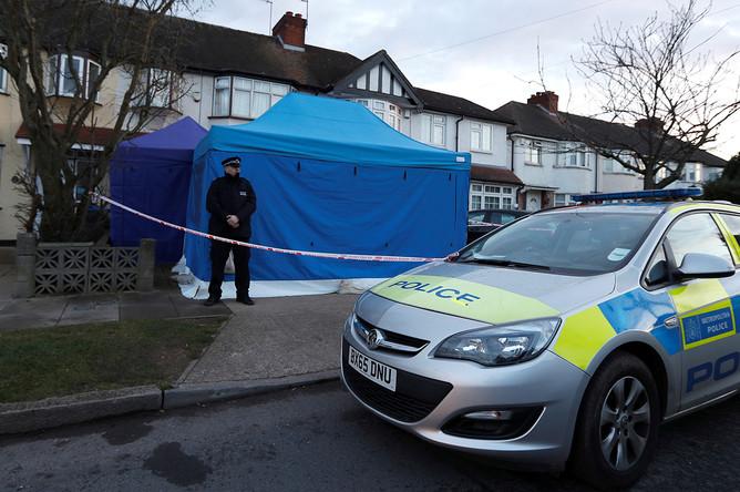 Британская полиция около дома Николая Глушкова на юго-западе Лондона, 13 марта 2018 года