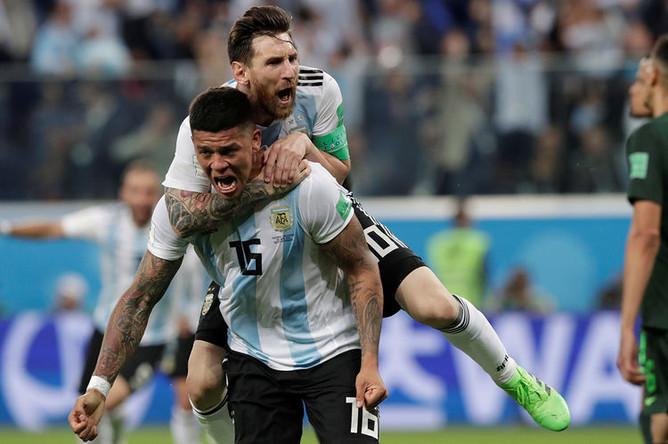 Игроки аргентинской сборной после победы команды в матче группового этапа чемпионата мира по футболу между сборными Нигерии и Аргентины в Санкт-Петербурге, 26 июня 2018 года