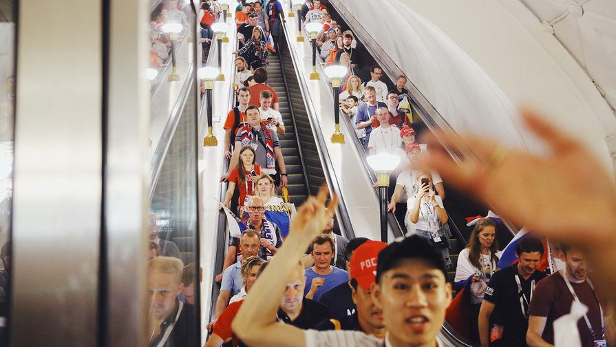 Болельщики празднуют победу сборной России в метро Москвы, 1 июля 2018 года