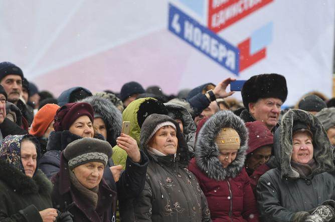 Участники концерта в честь Дня народного единства на площади Ленина в Новосибирске, 4 ноября 2018 года