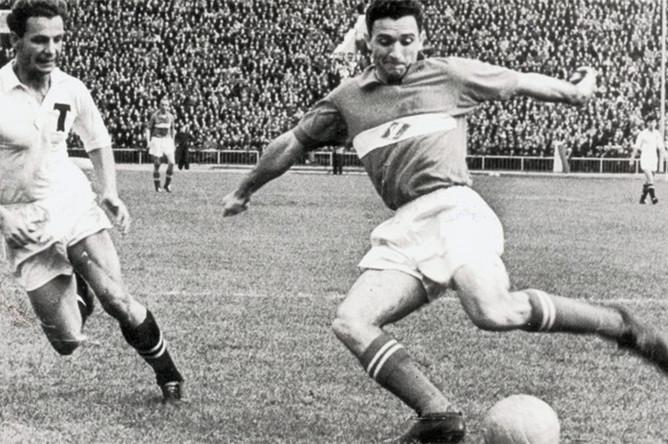 Никита Симонян (справа) в борьбе за мяч, 1952 год