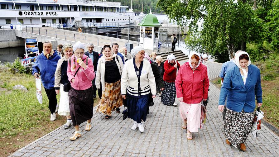 Паломники на пристани в Большой Никоновской бухте на острове Валаам в Карелии, 2008 год