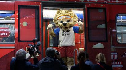 Официальный талисман ЧМ-2018 волк «Забивака» в вагоне московского метро, ноябрь 2017...