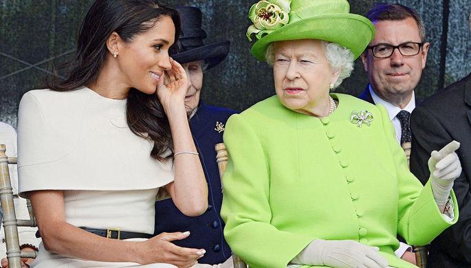 Герцогиня Сассекская Меган и королева Великобритании Елизавета II во время церемонии открытия моста в Ранкорне, июль 2018 года