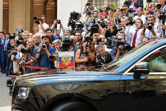 Лимузин президента России Владимира Путина и журналисты у дворца Киджи в Риме, 4 июля 2019 года