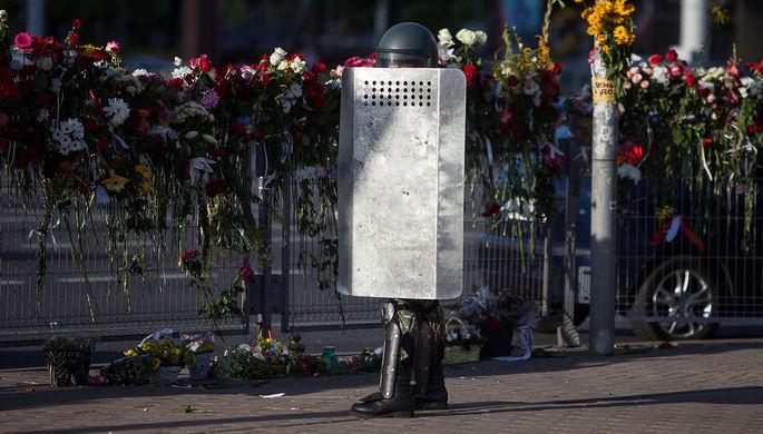 Сотрудник силовых структур Белоруссии на месте народного мемориала в память о погибшем во время акций протеста в Минске, 11 августа 2020 года