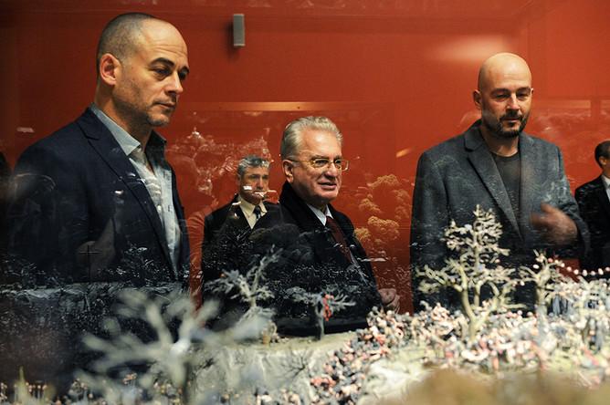 Михаил Пиотровский британские художники Динос и Джейк Чепмены на выставке «Конец веселья» в Эрмитаже