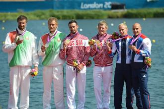 Дьяченко и Постригай (в центре) на олимпийском пьедестале