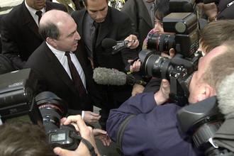 Борис Березовский в окружении репортеров возле суда в Лондоне в 2003 году