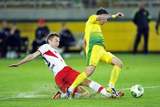 Защитник «Амкара» Андрей Семенов (слева) «привез» в свои ворота пенальти, и в итоге доигрался до удаления