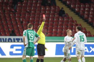 Владимир Кисенков получает красную карточку в матче «Терек» — «Томь»