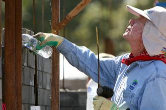 Бывший президент США Джимми Картер во время посещения проекта в рамках программы Habitat for Humanity в Таиланде, 2009 год