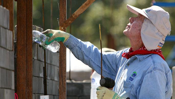 Бывший президент США Джимми Картер во время посещения проекта в рамках программы Habitat for...
