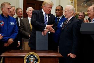 Бывший астронавт Базз Олдрин и президент США Дональд Трамп, 2017 год