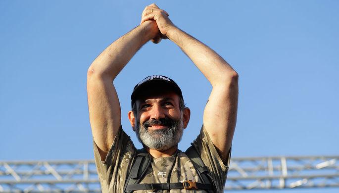 Лидер армянской оппозиции Никол Пашинян во время обращения к сторонникам на демонстрации в центре...