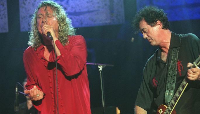 Бывшие участники Led Zeppelin Роберт Плант и Джимми Пейдж во время выступления на джазовом фестивале в швейцарском Монтре, 2001 год