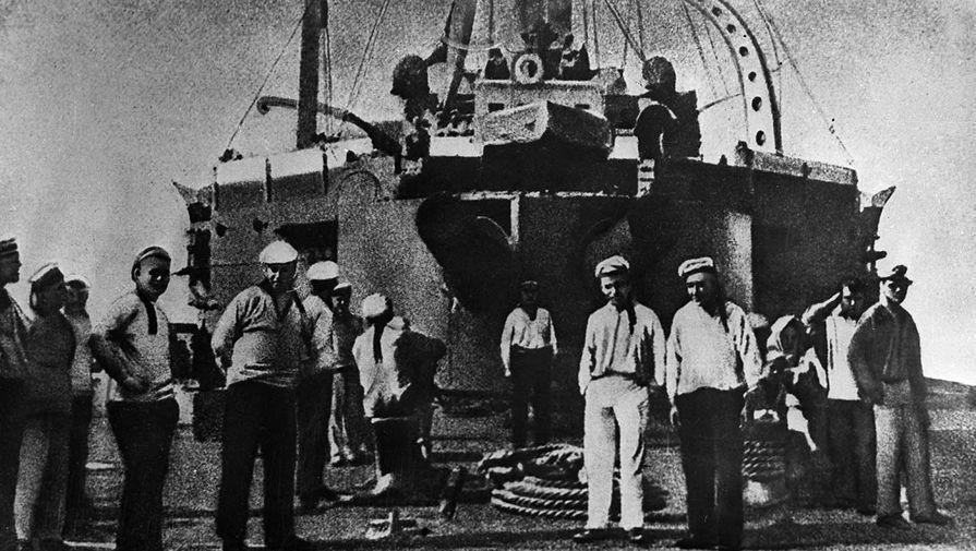 Участники восстания, матросы броненосца «Князь Потемкин-Таврический» на палубе корабля. Одесса, июль 1905 г.