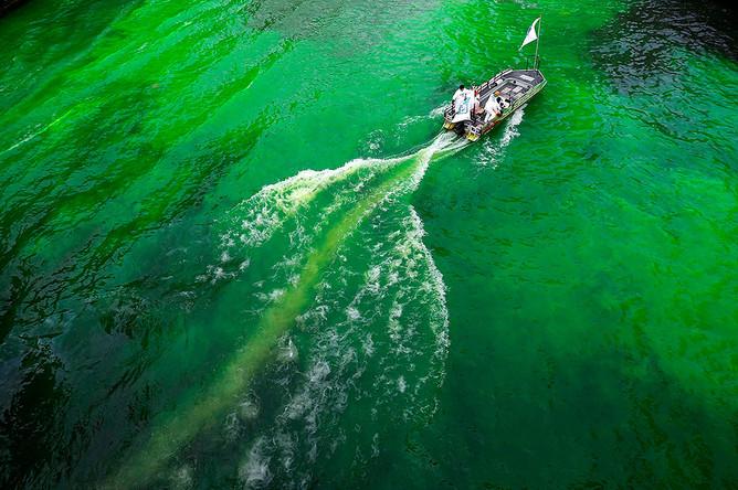 Река Чикаго, окрашенная в зеленый цвет по случаю Дня святого Патрика