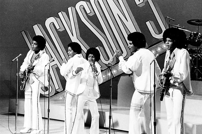 1972 год, 14-летний Майкл Джексон солирует в семейной группе The Jackson 5 во время выступления в передаче «Sonny and Cher Comedy Hour» в Лос-Анджелесе. Слева направо братья Тито и Марлон, Майкл, за ними Джеки и Джермейн.