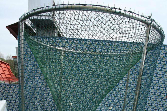 Сунь Юань и Пэн Юй.Ангел.Скульптура в натуральную величину, армированное полимерное волокнои силикагель. Размер клетки 800 x 400 см. 2008