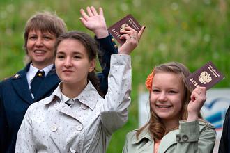 Юные жители Невского района Санкт-Петербурга на церемонии вручения паспортов в Санкт-Петербурге