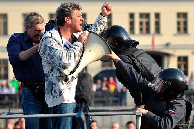 Сотрудники правоохранительных органов задерживают Бориса Немцова во время митинга «Марш миллионов» на Болотной площади, 6 мая 2012 года