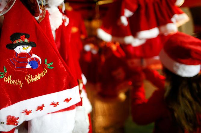 Шапки Санта-Клауса на рождественской ярмарке в Нанте, Франция, 28 ноября 2017 года