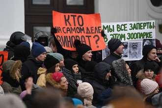 Горожане на Советском проспекте во время акции в память о погибших при пожаре в торговом центре «Зимняя Вишня», 27 марта 2018 года