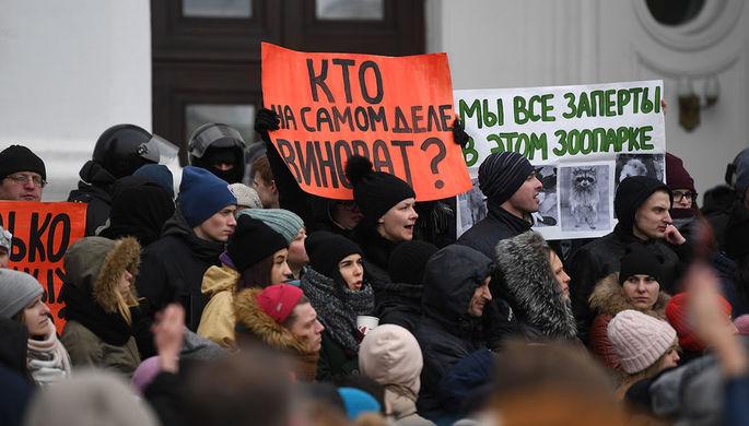 Горожане на Советском проспекте во время акции в память о погибших при пожаре в торговом центре...