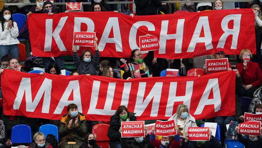 Болельщики поддерживают команду Алины Загитововй во время выступления спортсменов в короткой программе командного турнира Кубка Первого канала по фигурному катанию