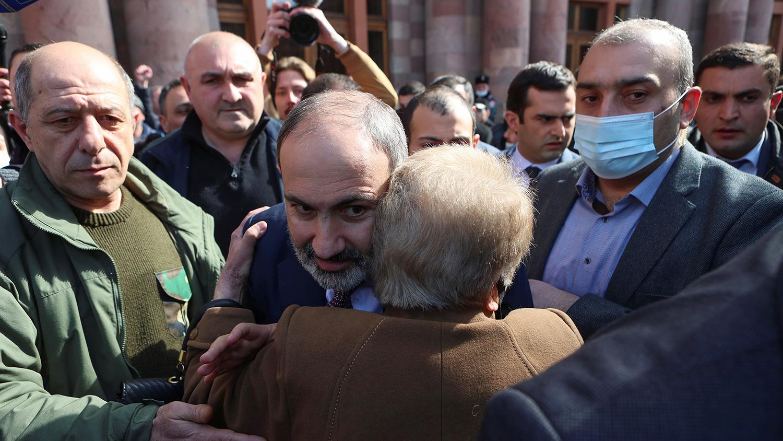 Армения протестует после того, как Генштаб призвал Пашиняна уйти в отставку  - Газета.Ru