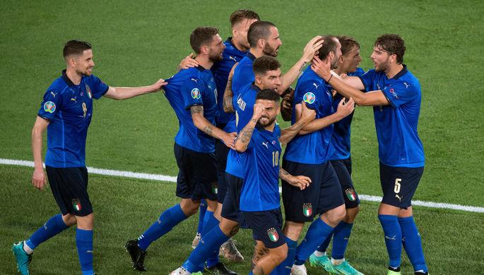 Сборная Италии радуется победе над Швейцарией в матче Евро-2020