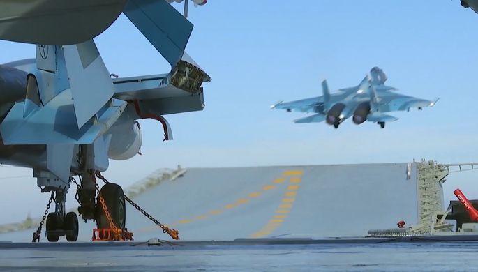 Истребитель Су-33 производит взлет с палубы тяжёлого авианесущего крейсера «Адмирал Флота...