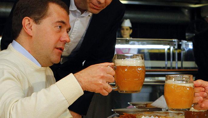 Дмитрий Медведев в должности президента России во время посещения пивного бара на Новом Арбате в Москве, 2012 год