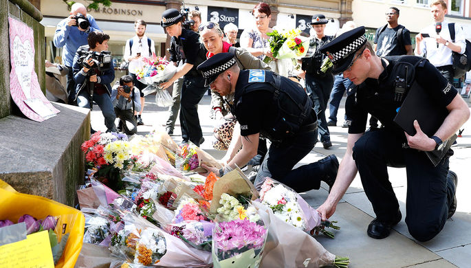 Сотрудники полиции на площади Святой Анны в Манчестере после теракта на стадионе «Манчестер Арена», 23 мая 2017 года