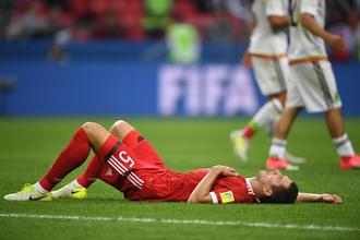 Защитник сборной России Виктор Васин, упустивший в матче с командой Мексики полузащитника Ирвинга Лосано, который забил в ворота Игоря Акинфеева победный мяч, лежит на газоне после окончания встречи