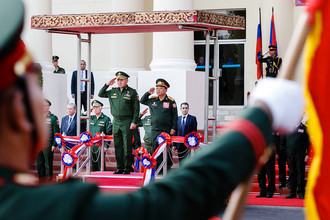 Министр обороны России Сергей Шойгу и министр обороны Лаоса Тянсамон Тяннялато во время встречи во Вьентьяне, 22 января 2018 года