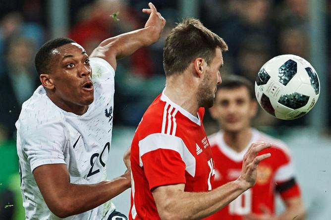 Слева направо: Антони Марсьяль и Владимир Гранат в товарищеском футбольном матче между сборными России и Франции, 27 марта 2018 года