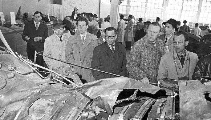Обломки сбитого самолета U2 американского летчика Френсиса Генри Пауэрса в ЦПКИО имени Горького в Москве, 1960 год