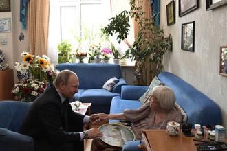 Президент РФ Владимир Путин поздравляет с 90-летием правозащитницу, председателя Московской Хельсинкской группы Людмилу Алексееву, 20 июля 2017