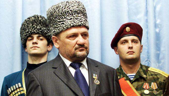 Президент Чечни Ахмат Кадыров во время церемонии вступления в должность в Гудермесе, 19 октября 2003 года