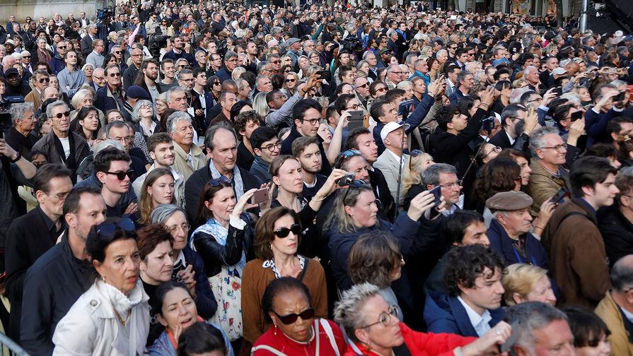 Люди возле церкви Святого Сульпиция в Париже, где проходила церемония прощания с бывшим президентом Франции (1995-2007) Жаком Шираком, 30 сентября 2019 года