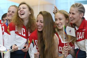 Сборная России по синхронному плаванию в аэропорту во время проводов национальной команды в Рио