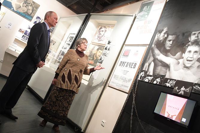Владимир Путин во время посещения музея Высоцкого на Таганке. Справа- супруга Владимира Высоцкого с 1965 по 1970 годы Людмила Абрамова. 24 января 2018 года