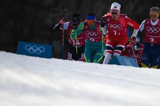 Алексей Полторанин (Казахстан), Дидрик Тёнсет (Норвегия) и Йенс Бурман (Швеция) на дистанции эстафеты 4x10 км среди мужчин в соревнованиях по лыжным гонкам на XXIII зимних Олимпийских играх