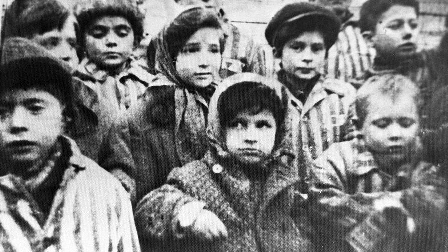 Дети, освобожденные из концлагеря «Освенцим» («Аушвиц»), январь 1945 года