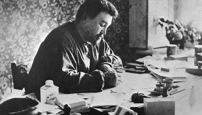 Писатель Александр Куприн за столом в своем кабинете в Санкт-Петербурге, 1912 год