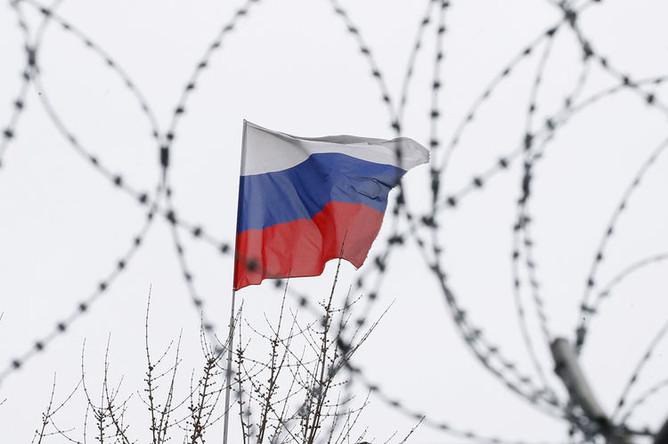 Российский флаг на здании посольства в Киеве, март 2018 года