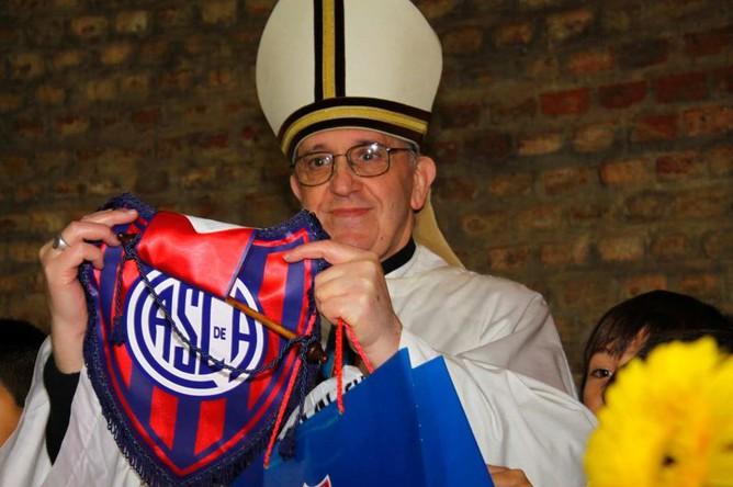 «Сан-Лоренсо» периодически преподносит понтифику клубные сувениры