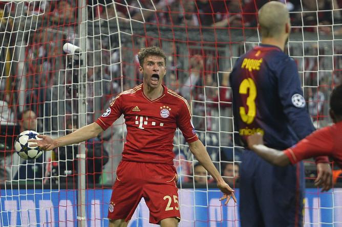 Томас Мюллер празднует забитый мяч в ворота «Барселоны»